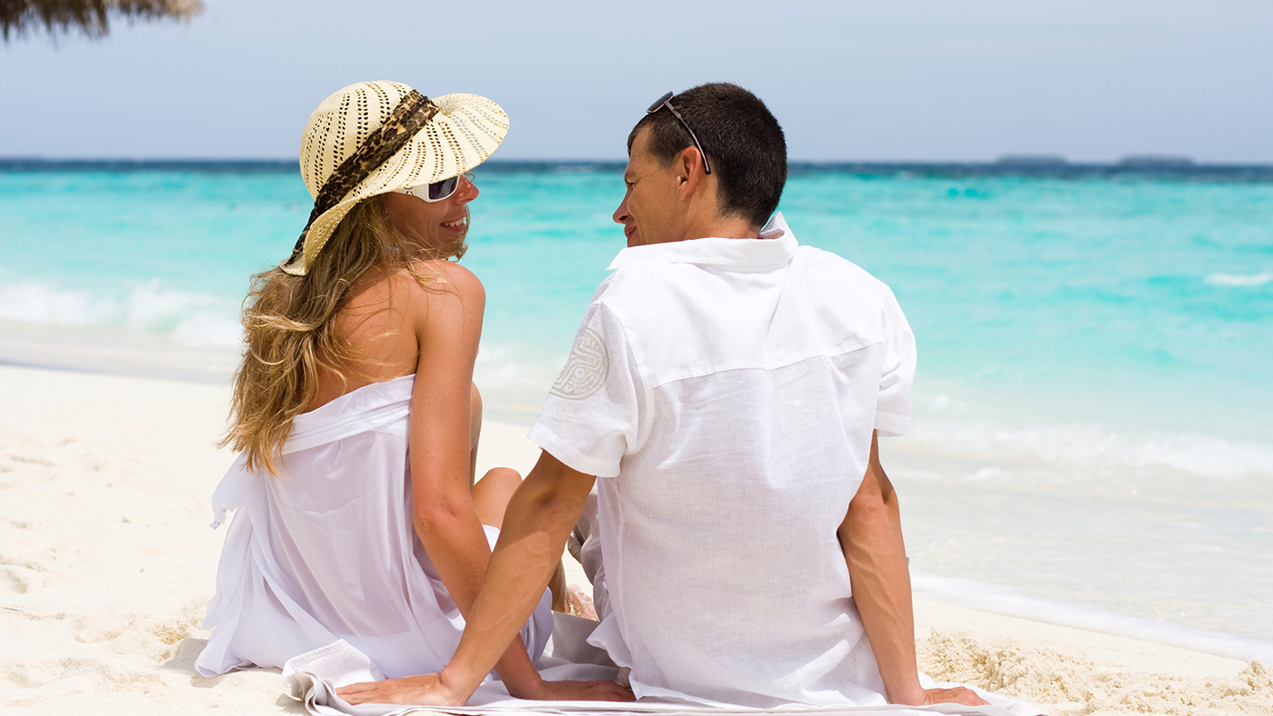 Honeymoon---Couple-by-the-beach---Call-out-Thumbnail